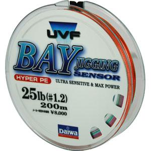 Леска Daiwa Bay Jigging Sensor 25 Lb (25124)Плетеные шнуры<br>Благодаря технологии Evo Silicone  данная плетенка не только обладает прочностью и чувствительностью, свойственной всем PE- шнурам, но еще и имеет меньший на 20% коэффициент  динамического торможения при забросе.<br>