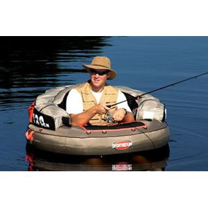 Кресло Sportsstuff надувное О Shaped Fish FloatСтулья, кресла складные<br>Путешествуйте по озеру, пруду или реке в недосягаемые места. Имеет место для хранения инструментов, держатель для наживки, измерительную линейку для рыбы, сетчатую рабочую поверхность и прочную рабочую поверхность.<br>