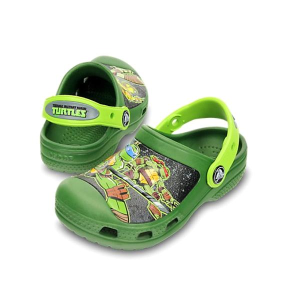 Сабо Crocs для мальчиков ТМНТ Клог Сивуд/Волт Грин р. 25.5 (C 8/9) (76231)Сандалии и сабо<br>Детские сабо CROCS станут любимой обувью вашего малыша. Мягкость и комфорт, плюс яркие цвета и раскраска обуви под любимого мультгероя сделают прогулку с детьми особенно приятной.<br>