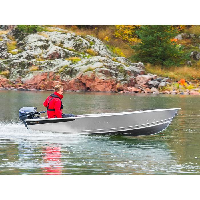 Лодка Buster Mini 573050Алюминиевые лодки<br>Новый Buster Mini легко глиссирует под малыми моторами. По центру корпуса имеет ровный пол и три сидения, обклеенные плотным покрытием, не впитывающим воду. В носу лодки расположена небольшая якорная площадка. Лодку можно доукомплектовать алюминиевыми удо...<br>