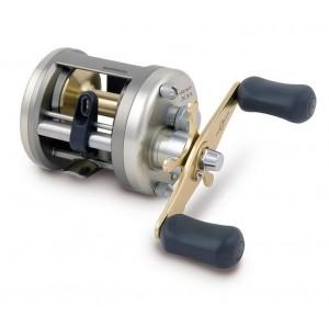 Мультипликаторная катушка Shimano Cardiff 300A (49180)Катушки мультипликаторные<br>Прочная, хорошо реагирующая на действия рыболова и легкая в эксплуатации, катушка снабжена рамой, отлитой из алюминия под давлением, и шпулей, выполненной из холоднокованого алюминия.<br>