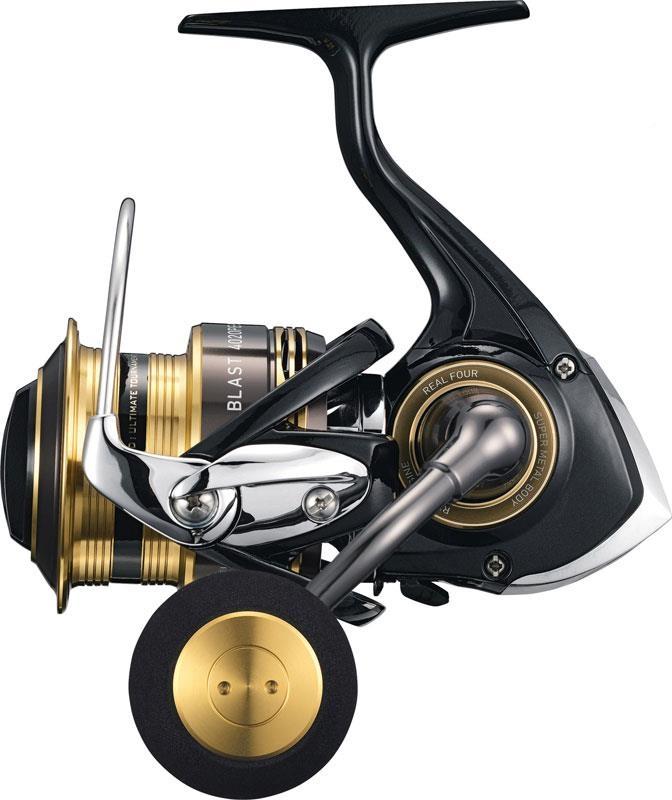 Катушка безынерционная Daiwa Blast 3520PE (80137)Катушки безынерционные<br>Силовая безынерционная катушка для тяжелой и экстра тяжелой джиговой ловли рыбы. Модель выполнена в металлическом корпусе.<br>