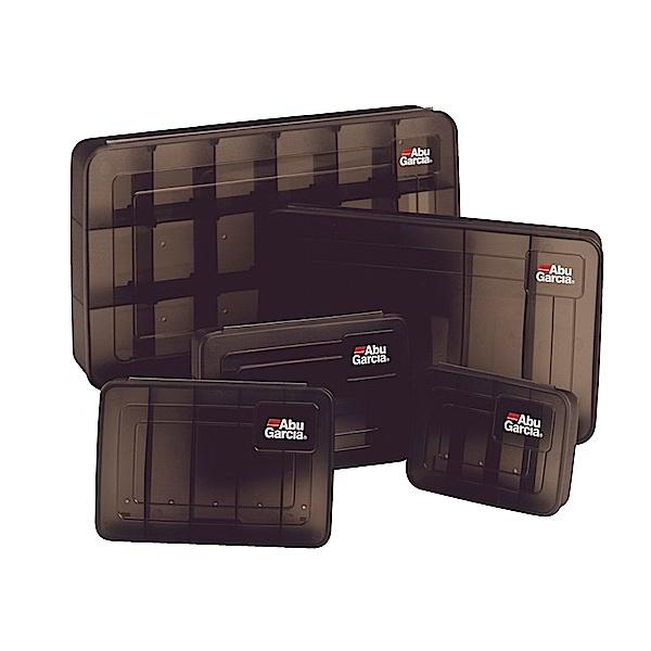 Коробка Abu Garcia Lure Box Spinner 1056584Коробки<br>Коробка для хранения и транспортировки различных снастей: блёсен, воблеров, силиконовых приманок. Изготовлена из прочного пластика со множеством отсеков.<br>
