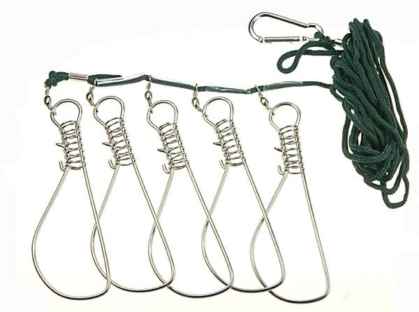 Кукан SWD 14см (5шт)Садки, куканы<br>Кукан предназначен для сохранения в живом виде крупной рыбы. Может использоваться как для мирной, так и для хищной рыбы. Имеет спец. застежку, которую можно прикрепить к веревке на лодке или к поясу, при ловле с берега. Комплектуется 5 карабинами размером...<br>