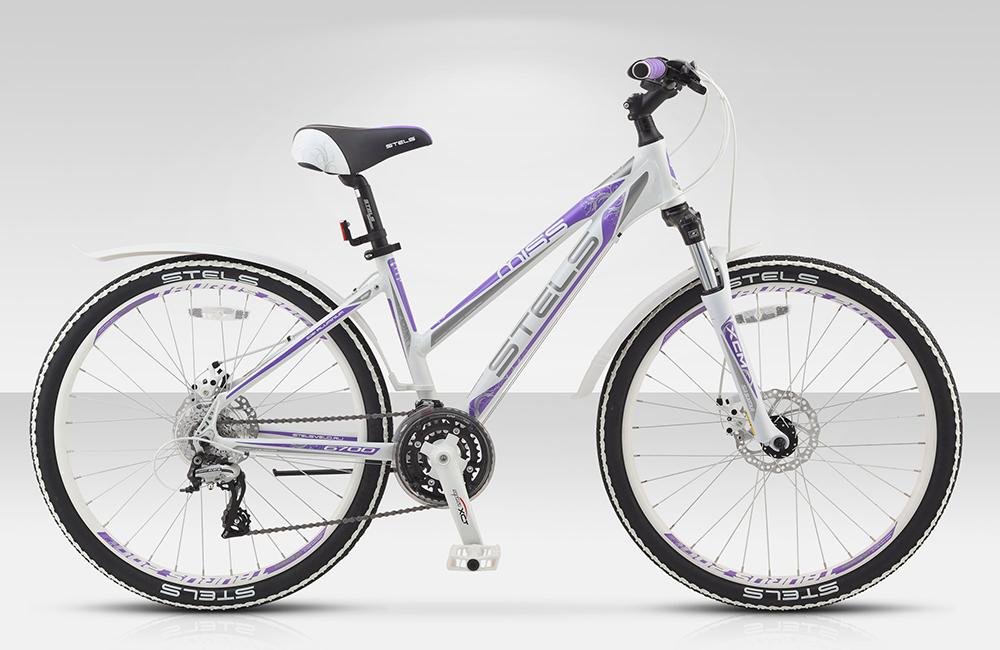 Велосипед Stels Miss-6700 MD 26.15Велосипеды Stels<br>Эта модель придется по душе как спокойным девушкам, любящим неспешно совершать велопрогулки по городским улочкам и паркам, так и не сидящим на месте гонщицам, привыкшим исследовать новые лесные тропы. Велосипед Miss 6700 MD оснащен высокопрочной, но при э...<br>