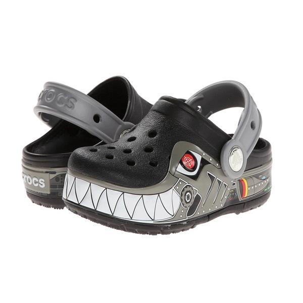 Сабо Crocs для мальчиков Лайтс РобоШарк Клог Блэк/Силвер р. 25 (C 8) (76242)Сандалии и сабо<br>Детские сабо CROCS станут любимой обувью вашего малыша. Мягкость и комфорт, плюс яркие цвета и раскраска обуви под любимого мультгероя сделают прогулку с детьми особенно приятной.<br>