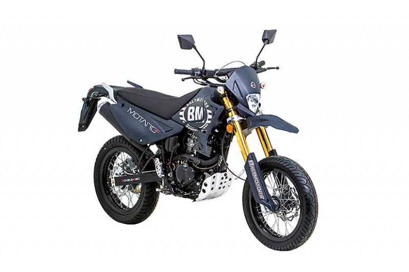 Baltmotors MOTARD 200Мотоциклы<br>Мотоцикл вобрал в себя все самое лучшее от двух классов мототехники – эндуро и дорожного мотоцикла. Он сочетает в себе защищенность основных агрегатов, прочный пластик, и высокий потенциал подвесок<br>